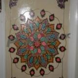 kapı dekorasyonu - Yapılan işlemeler ev kimyasallarına darbelere ve neme oldukça dayanıklı olmakla birlikte kabartma ve el işlemesi olduğundan ikinci bir örneği de yapılmamaktadır.